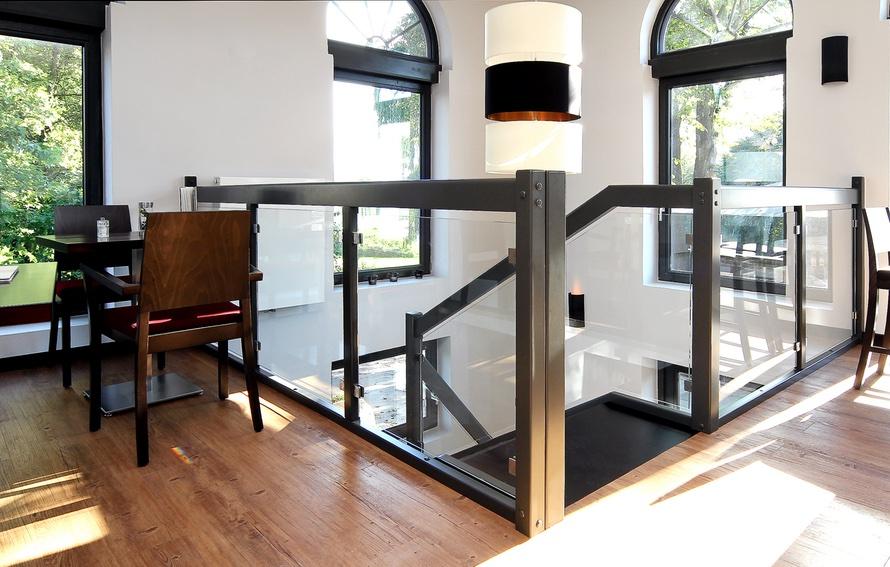 Treppe aus Holz mit Gel‰nder aus Glas