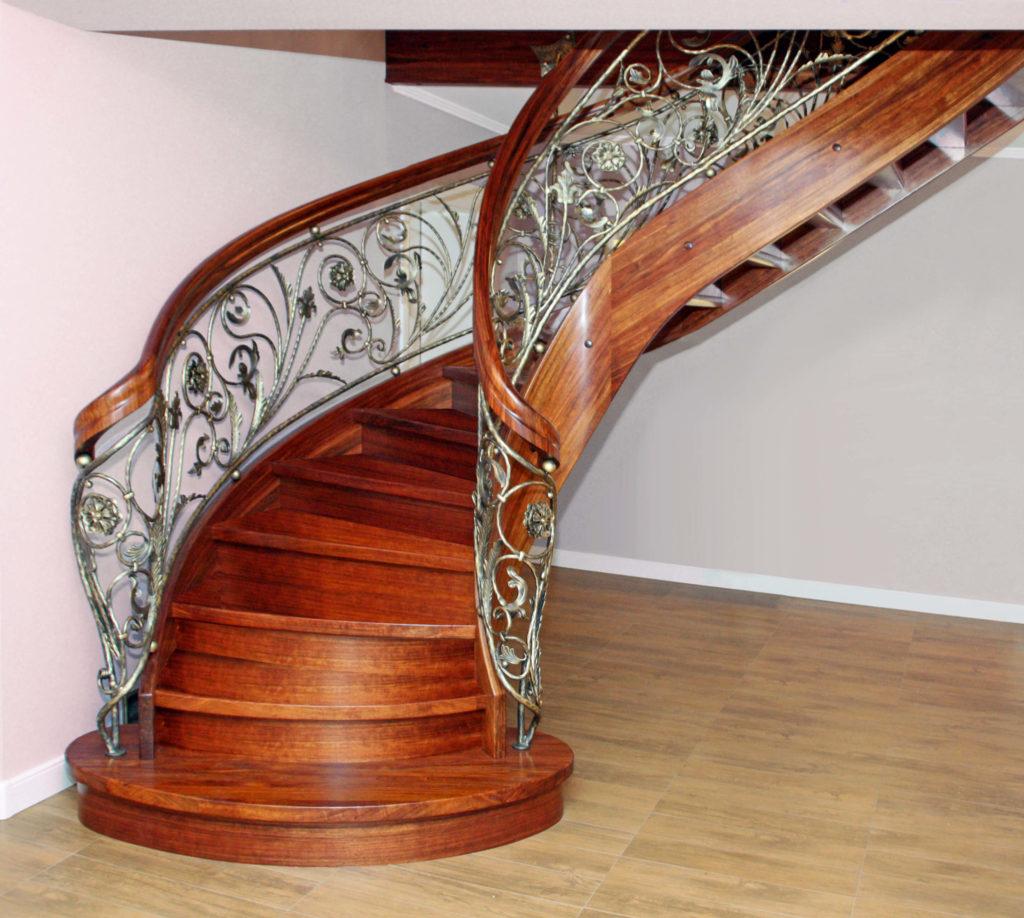 STREGER-Massivholztreppen-schlosstreppe-mit-kunstschmiedegelaender-1024x918