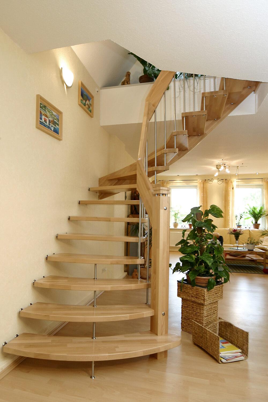 STREGER-Massivholztreppen-Tragbolzentreppe-Holz-von-vorn-Wohnzimmer