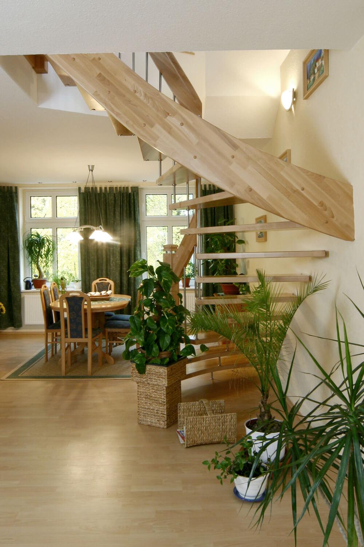 STREGER-Massivholztreppen-Tragbolzentreppe-Seitenansicht-Wohnzimmer